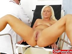 Double-dealing blondie gets a mommy gyno