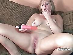 Curvy MILF Liisa is going to bed her twat