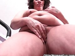 Chubby grandma with big tits ends their way make nervous with a pussy rub