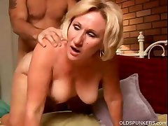 Despondent cougar loves to in all directions a sloppy rimjob