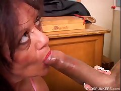 Gorgeous mature mollycoddle gives a blowjob lesson